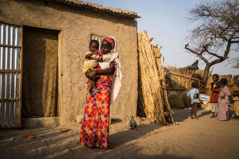 Mother holding child in Diffa, Niger