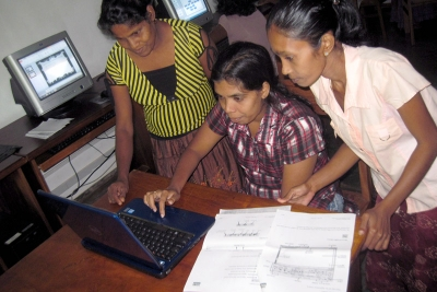 Mothers participating in the SOS Social Centre program to learn computing